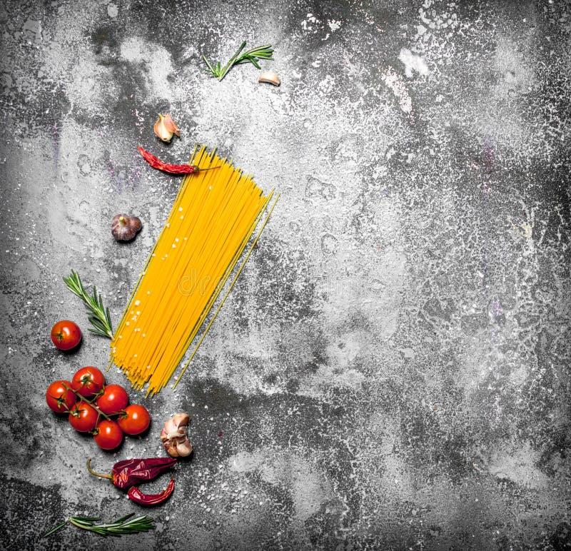 abstrakt textur för bakgrundsmatpasta Spagetti med tomater, rosmarin och vitlök arkivbild
