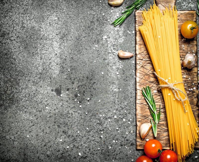 abstrakt textur för bakgrundsmatpasta Spagetti med vitlök och tomater royaltyfri fotografi