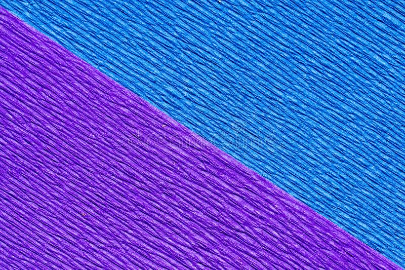 Abstrakt texturerad bakgrund av diagonal purpurfärgad och blå kräppapper arkivbild