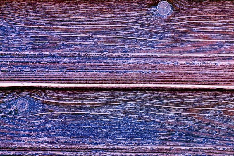 Abstrakt texturerad bakgrund: purpurfärgat och blått träbräde med texturer arkivfoton