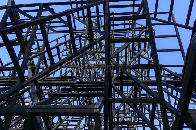 Abstrakt träkonstruktion av konstobjekt i nikolalenivec parkerar arkitektonisk bakgrund arkivbilder