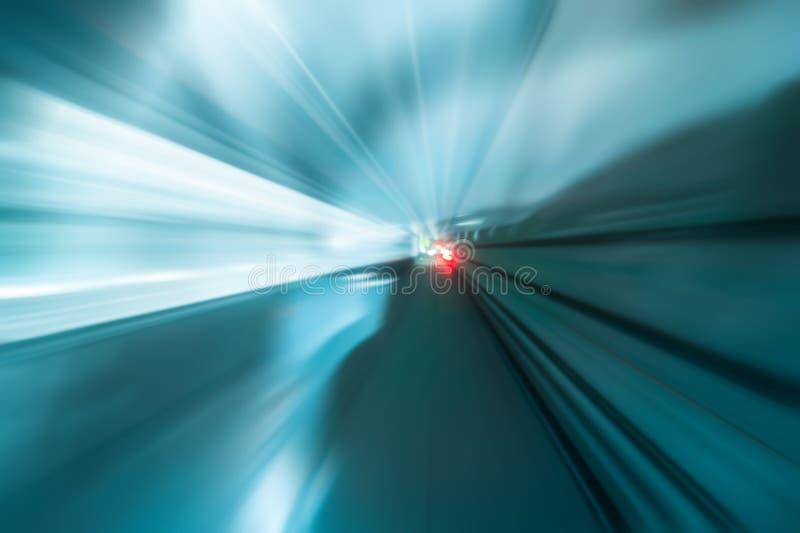 Abstrakt trafik i tunnel med suddiga ljusa spår arkivbilder