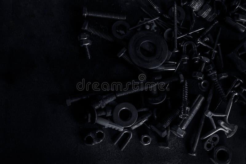Abstrakt Używać kępki śruby dokrętki Kruszcowi gwoździ rygle na zmroku i obraz royalty free
