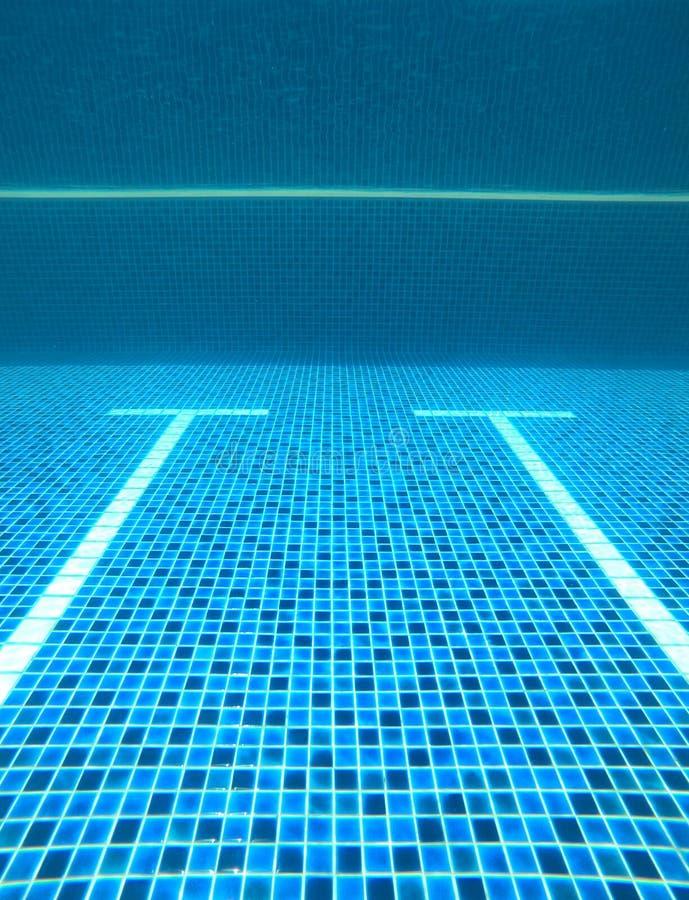 Abstrakt vatten gjorde suddig bilder och texturer och stilar av simbassänger som konkurrerar i de 2020 OS:erna på Tokyo, Japan royaltyfri foto