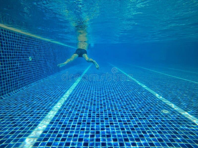 Abstrakt vatten gjorde suddig bilder och texturer och stilar av simbassänger som konkurrerar i de 2020 OS:erna på Tokyo, Japan royaltyfri bild