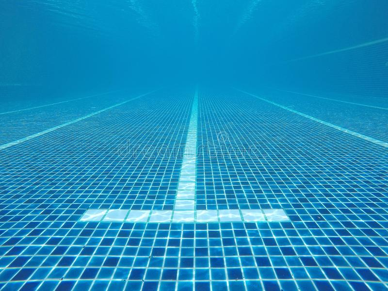 Abstrakt vatten gjorde suddig bilder och texturer och stilar av simbassänger som konkurrerar i de 2020 OS:erna på Tokyo, Japan arkivfoto