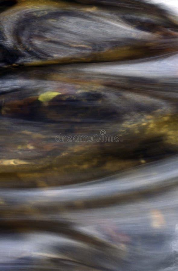 Download Abstrakt vertikalt vatten fotografering för bildbyråer. Bild av creek - 47279