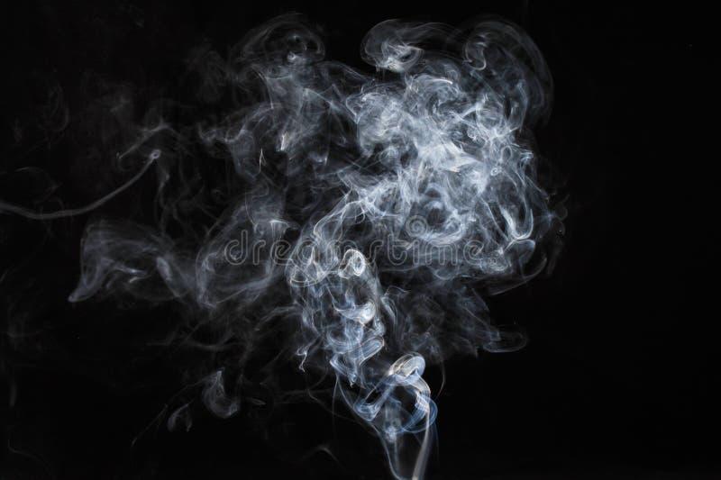 Abstrakt vit rök på mörk bakgrund royaltyfri foto