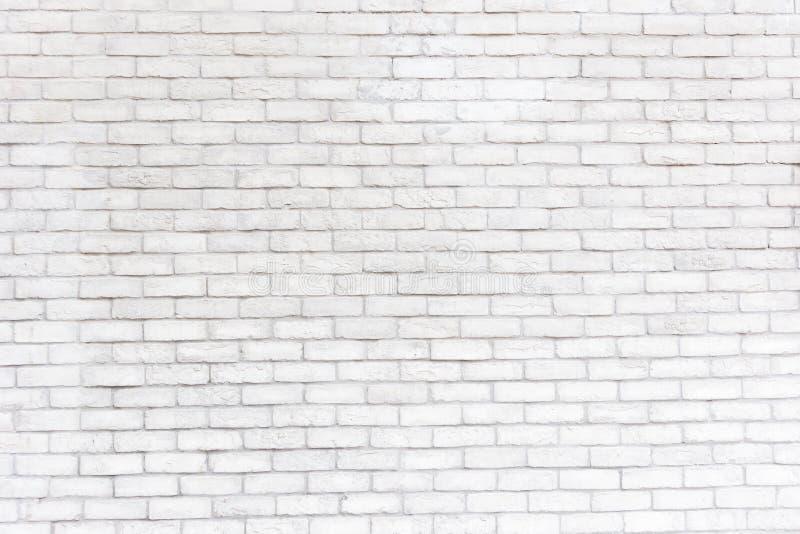 Abstrakt wietrzał tekstura plamiącego starego stiuku światło szarość i starzejący się farby ściana z cegieł biały tło w wiejskim  fotografia royalty free