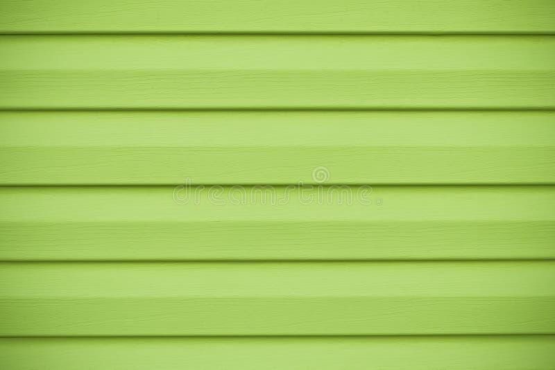 Abstrakt Wood plankabakgrund Grön trätextur i horisontalband Bräde av limefruktfärg, gul vägg i linjer, ljus bränning royaltyfri bild