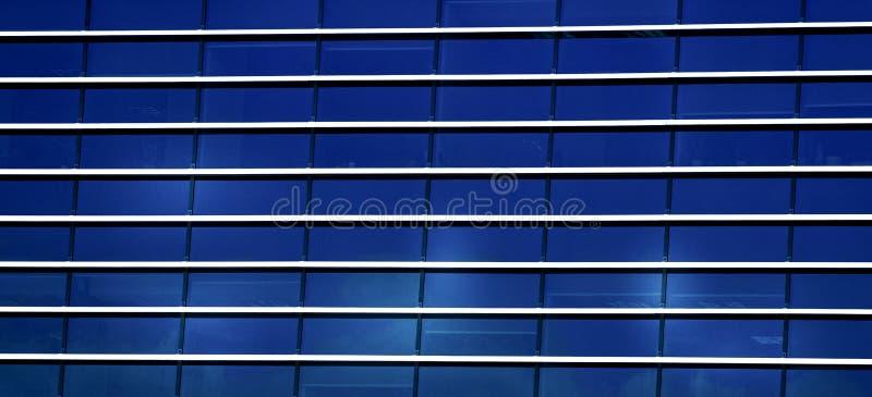 Abstrakt yttersida för bakgrund för modell för fönsterexponeringsglas av modern arkitekturkontorsbyggnad royaltyfria bilder