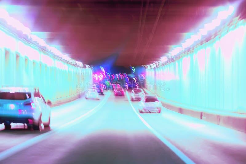 Abstrakt zamazywał jeżdżenie w tunelu przy nocą, poruszający samochody, miastowa uliczna iluminacja Pojęcie nowożytny styl życia obrazy stock