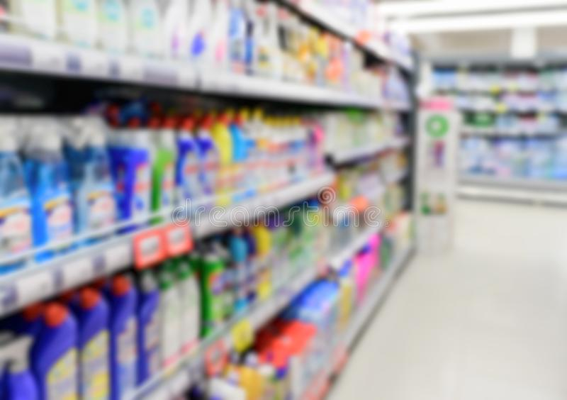 Abstrakt zamazywać supermarket półki z kolorowymi towarami zdjęcie royalty free