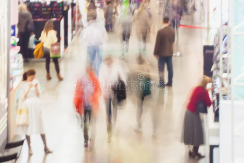 Abstrakt zamazywał wizerunek zakupy centrum handlowe, ludzie w powystawowej sala Dla tła, tło obraz stock