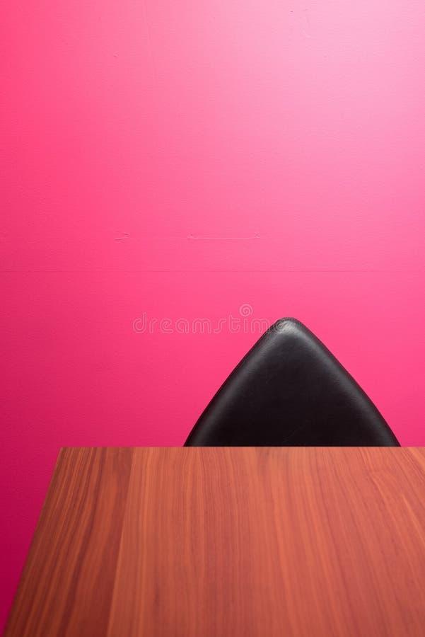 Abstrakta ściana, krzesło & biurko, obraz stock