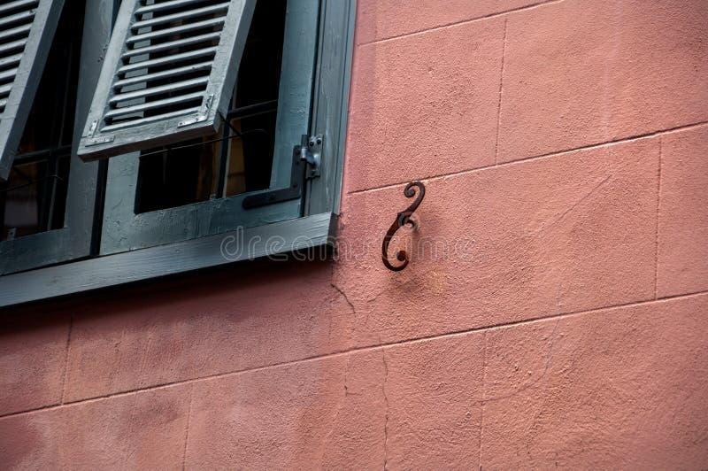 Abstrakta arkitektoniska vägg- och fönsterslutare royaltyfri foto