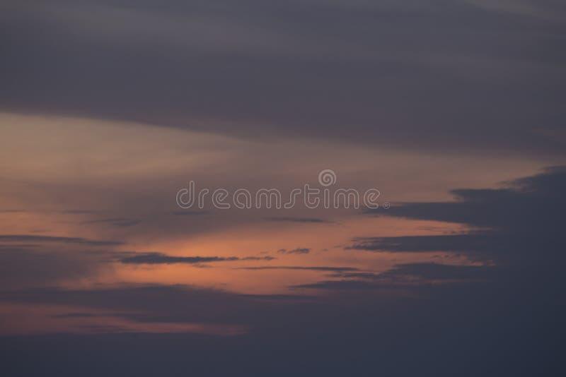 Abstrakta bakgrundsfärger avfyrar i himmelsommarsolnedgången över havet royaltyfri foto