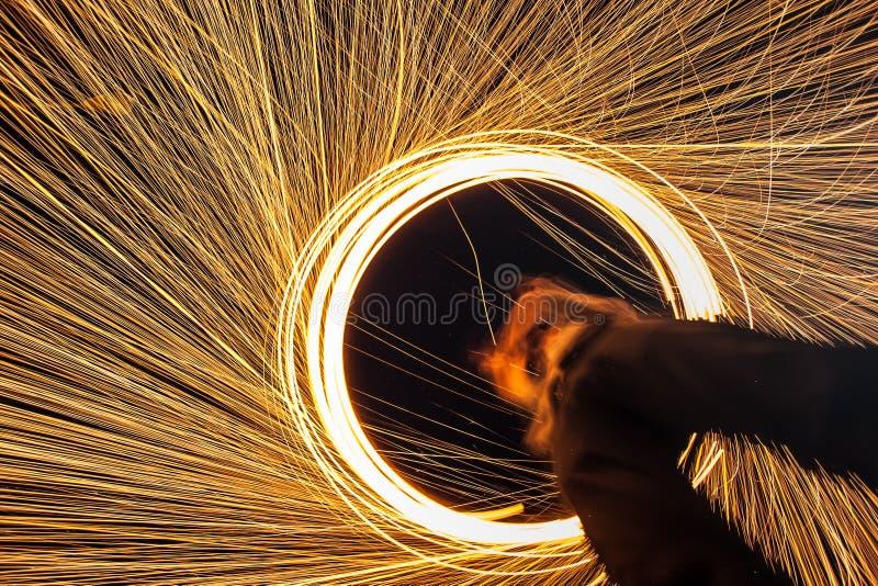 Abstrakta brinnande fyrverkerier för stålull royaltyfria foton