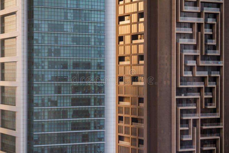 Abstrakta byggnader som beskådar från ovannämnt i Sheikh Zayed Road, Dubai royaltyfri fotografi