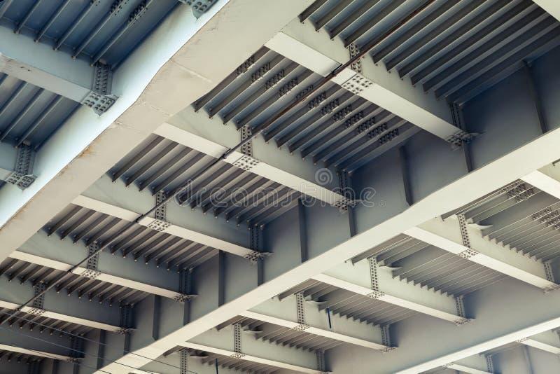 Abstrakta grå färger stålsätter konstruktion med strålar och bultar royaltyfri fotografi