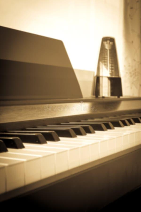 Abstrakta i plamy tło Zbliżenie fortepianowa klawiatura z metron obrazy stock