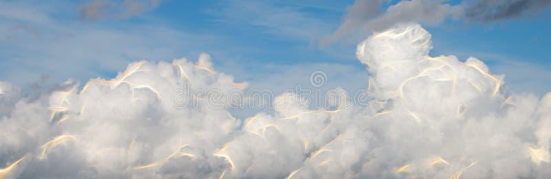 Abstrakta moln med exponeringar av energi arkivbilder