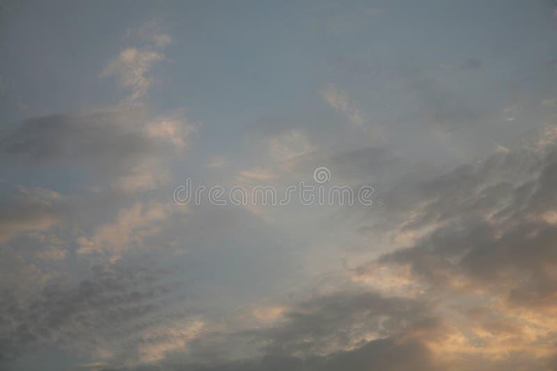 Abstrakta moln och himmel i utrymme De bästa sikterna av himlarna de naturliga bilderna av de härliga molnen Bakgrundsblått VI royaltyfri foto