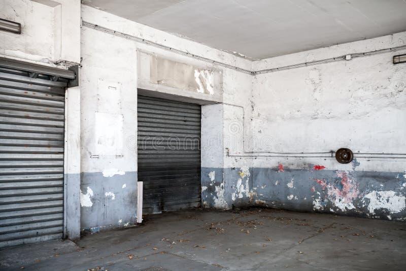 Abstrakta pusty biały wnętrze stary garaż obraz stock
