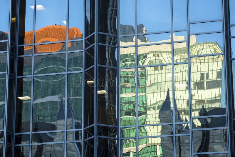 Abstrakta reflexioner av byggnader i fönster på PPG-stället, Pittsburgh royaltyfria bilder