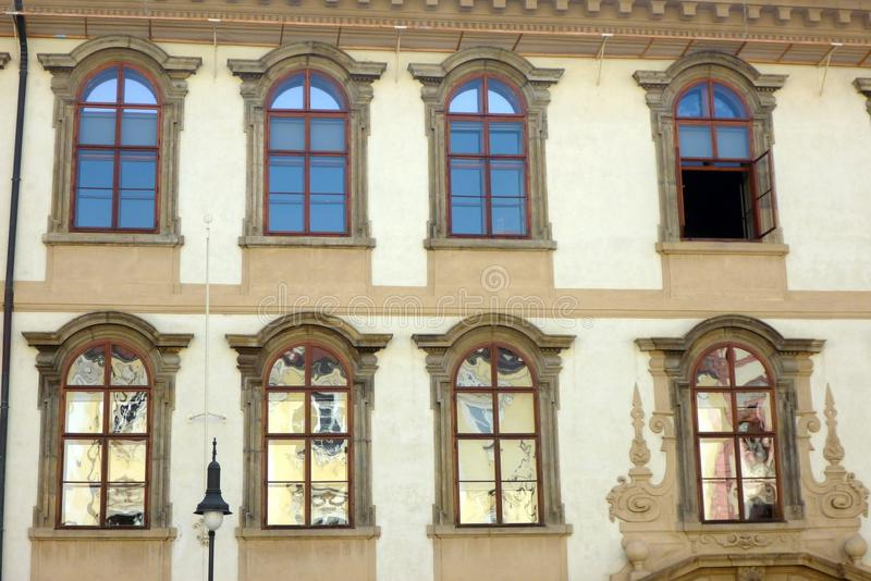 Abstrakta reflexioner i historiska Prague som bygger Windows, Tjeckien royaltyfria bilder