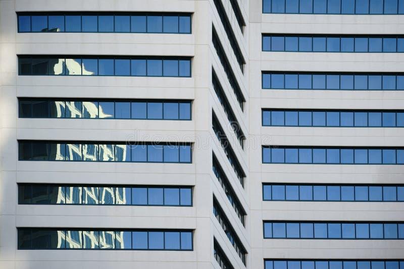 Abstrakta reflexioner på skyskrapa royaltyfri bild