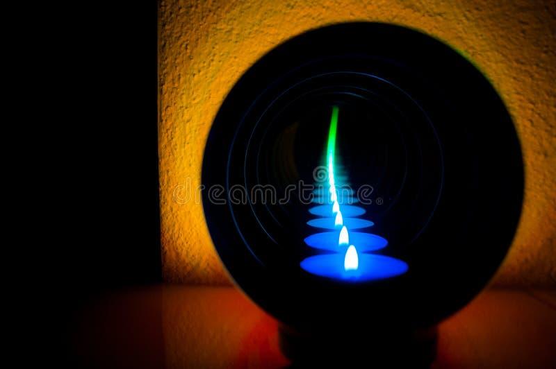 Abstrakta stearinljusreflexionsblått som ska göras grön royaltyfria foton
