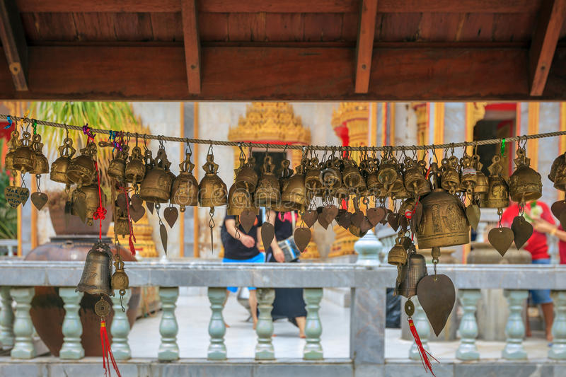 Abstrakta thailändska guld- klockor i templet royaltyfri foto