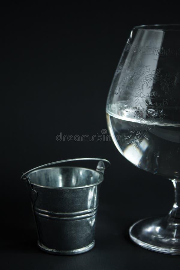 Abstrakta wciąż życie z szklanym szklanym szkłem woda fotografia royalty free