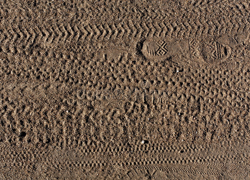 Abstrakta wzór stopa druki i rower opona tropi na piasku obraz royalty free