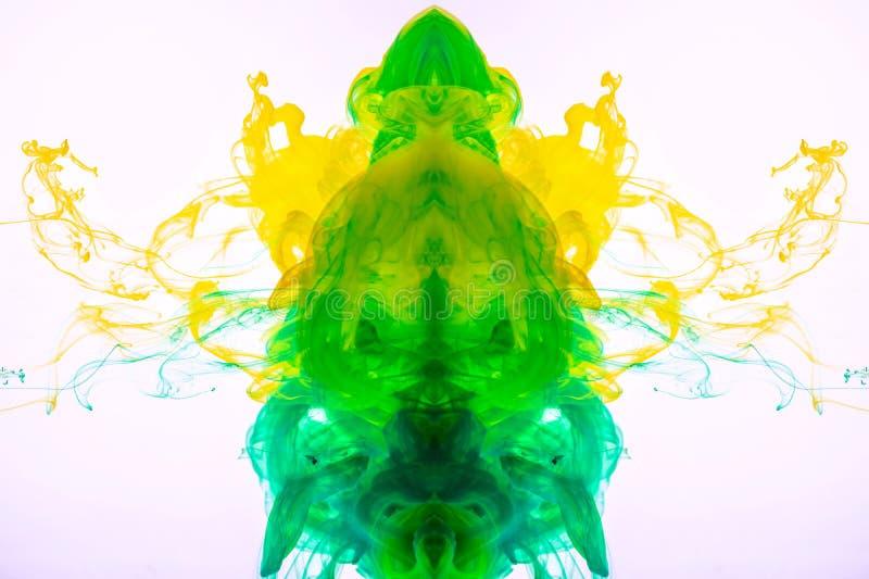 Abstrakte Acrylfarbe aufgelöst in der Flüssigkeit Gelbgrüne Wolken unter Wasser Tinte, die im Wasser mischt Makroschuß des Acryls stockfoto