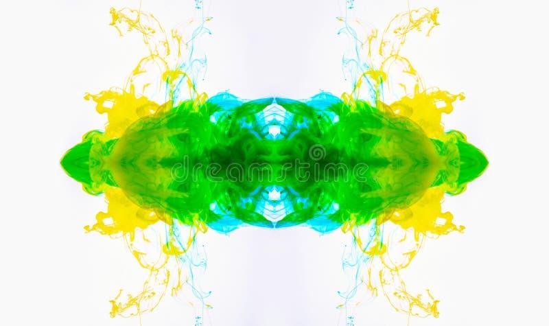 Abstrakte Acrylfarbe aufgelöst in der Flüssigkeit Gelbgrüne Wolken, wirbelnder Nebel, der im Wasser mischt Makroschuß der Acrylti stockbild