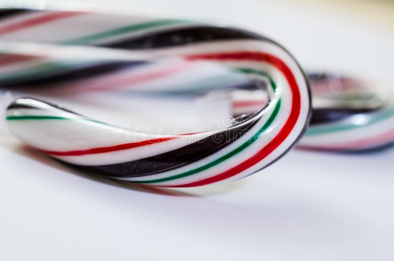Abstrakte Ansicht von eingewickelten tadellosen Pralinestöcken beim Verpacken für Weihnachten Nützlich für Hintergründe lizenzfreie stockfotos