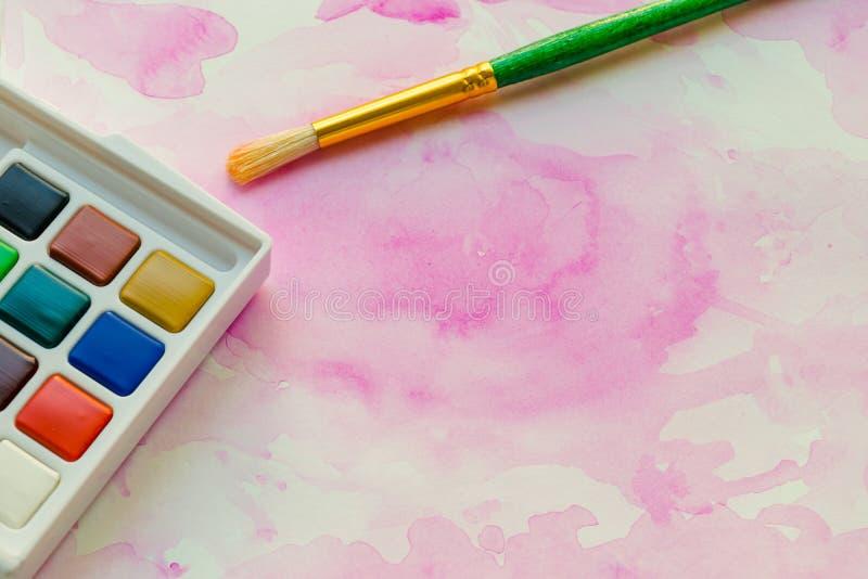 Abstrakte Aquarellmalerei und -versorgungen lizenzfreies stockbild