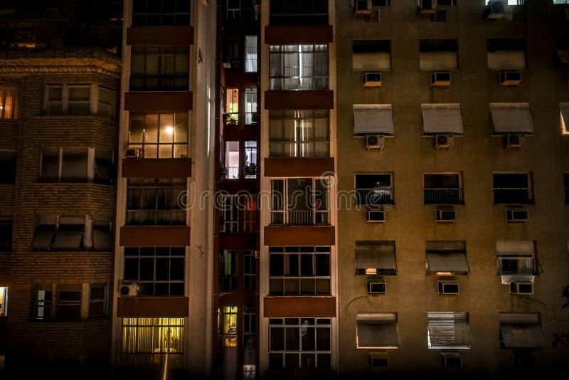 Abstrakte Architektur mit hohen Gebäuden und Fenstern lizenzfreie stockbilder