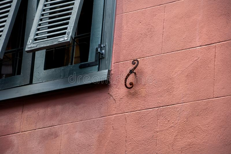 Abstrakte Architekturwand- und Fensterfensterläden lizenzfreies stockfoto