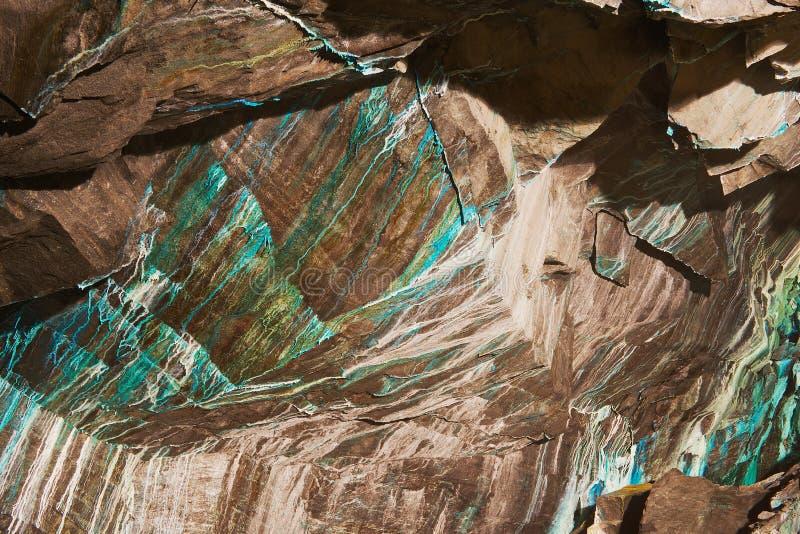 Abstrakte Beschaffenheit des oxidated Kupfers auf den Wänden der untertägigen Kupfermine in Roros, Norwegen lizenzfreie stockfotografie