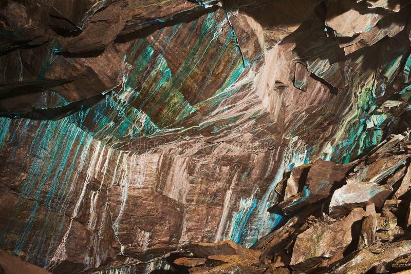 Abstrakte Beschaffenheit des oxidated Kupfers auf den Wänden der untertägigen Kupfermine in Roros, Norwegen stockfoto