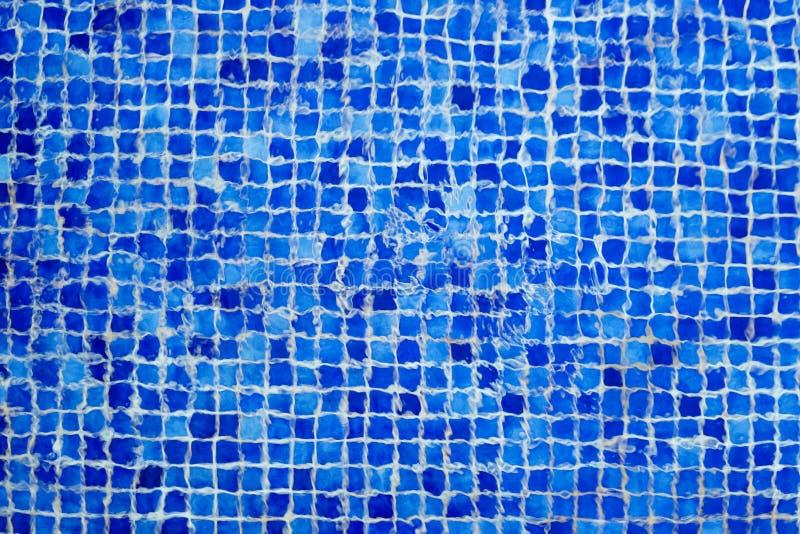 Abstrakte Beschaffenheit Mosaik-Poolunterseite durch Kräuselungen des Wassers lizenzfreie stockfotos