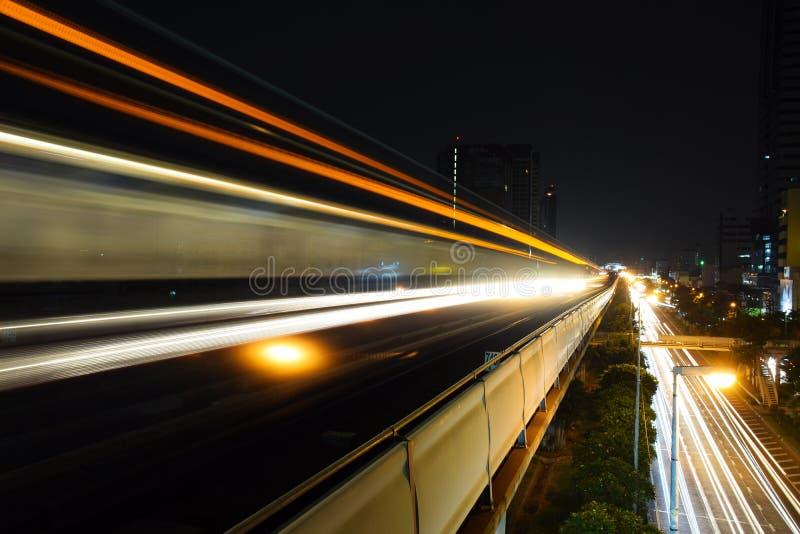 Abstrakte Beschleunigungsgeschwindigkeitsbewegungs-Licht Unschärfe vom Himmel-Zug nachts lizenzfreie stockfotos