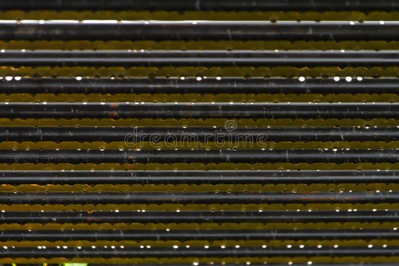 Abstrakte Bildstruktur des Streifens gemacht vom Stahl, der vom Wasser voll ist stockfoto