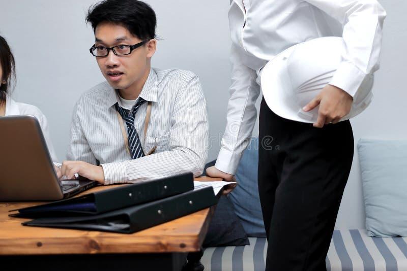 Abstrakte blaue und weiße Würfel auf einem weißen Hintergrund Asiatische Wirtschaftler, die im Büro zusammenarbeiten stockfoto