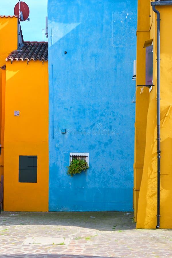 Abstrakte bunte Wände und Fenster der alten Häuser Kopieren Sie Platz lizenzfreie stockfotos