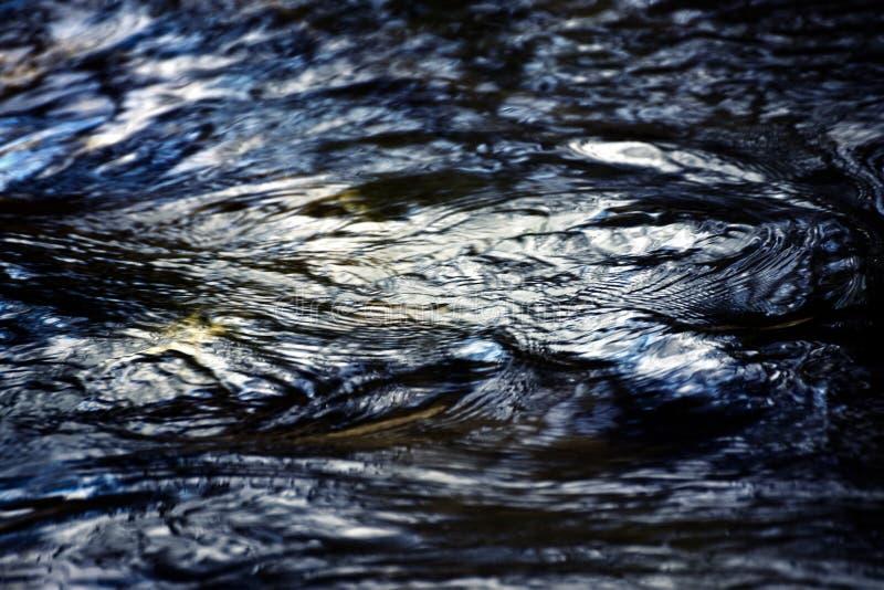 Abstrakte dunkle Wasseroberfläche stockfotos
