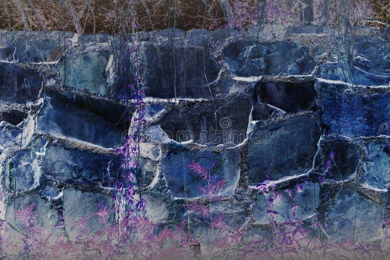 Abstrakte fantastische große Felsenwand mit Betriebsviolettem träumerischem Hintergrund stockfotos